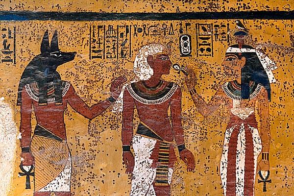 Ученые считают, что Тутанхамона хоронили в спешке: загадка пятен в гробнице
